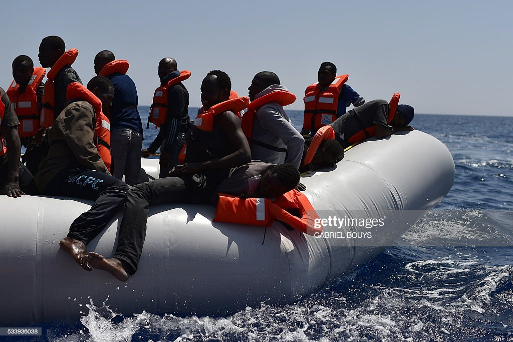Refugees wait to be rescued during an operation at sea with the Aquarius, a former North Atlantic fisheries protection ship now used by humanitarians SOS Mediterranee and Medecins Sans Frontieres (Doctors without Borders), on May 24, 2016 in the Mediterranean sea in front of the Libyan coast. / AFP / GABRIEL