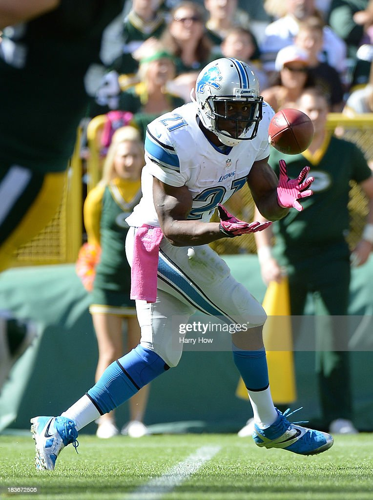 Reggie Bush #21 of the Detroit Lions makes a catch on a pass during the game against the Detroit Lions at Lambeau Field on October 6, 2013 in Green Bay, Wisconsin.