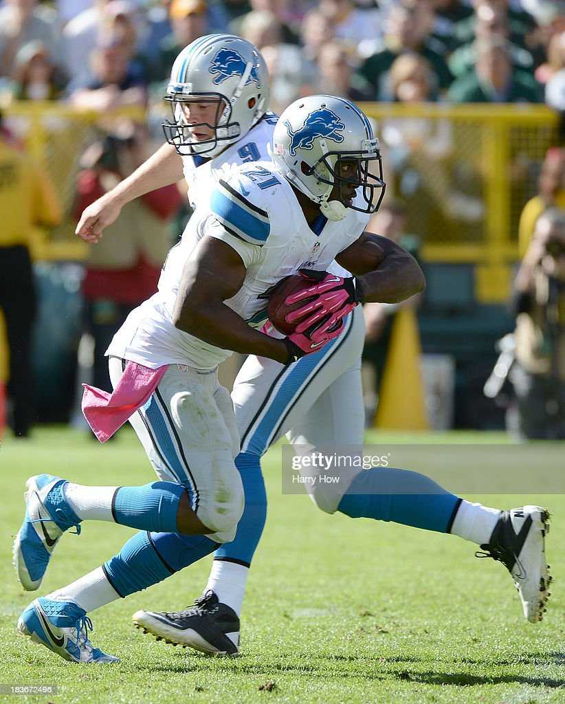 <a gi-track='captionPersonalityLinkClicked' href=/galleries/search?phrase=Reggie+Bush&family=editorial&specificpeople=183392 ng-click='$event.stopPropagation()'>Reggie Bush</a> #21 of the Detroit Lions takes a handoff from <a gi-track='captionPersonalityLinkClicked' href=/galleries/search?phrase=Matthew+Stafford&family=editorial&specificpeople=3228634 ng-click='$event.stopPropagation()'>Matthew Stafford</a> #9 during the game against the Green Bay Packers at Lambeau Field on October 6, 2013 in Green Bay, Wisconsin.