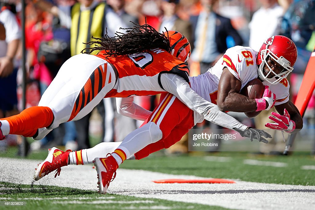Reggie Nelson of the Cincinnati Bengals knocks Jason Avant of the Kansas City Chiefs out of bounds during the fourth quarter at Paul Brown Stadium on...