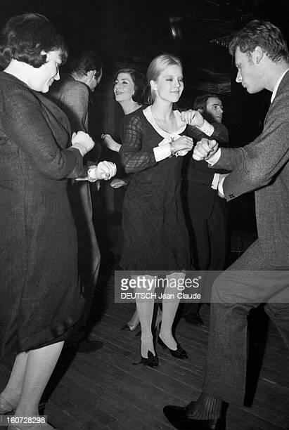 Regine Dancing The Twist A Paris le 14 avril 1965 La chanteuse REGINE dansant le twist avec Sylvie VARTAN et Johnny HALLYDAY dans une boite de nuit