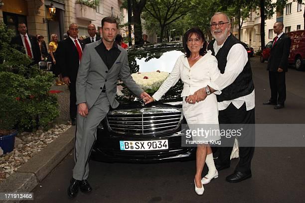 Regine Sixt Bei Der Hochzeit Von Udo Walz Und Carsten Thamm Im Japanischen Garten Im Hotel Brandenburger Hof In Berlin Am 260708
