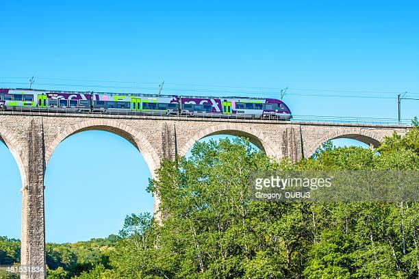 Tren TER de la región de Rhône-Alpes, en Francia, stone viaducto
