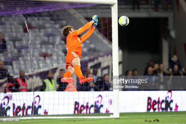 Regis Gurtner of Amiens makes a save during the Ligue 1 match between Toulouse and Amiens SC at Stadium Municipal on October 14 2017 in Toulouse