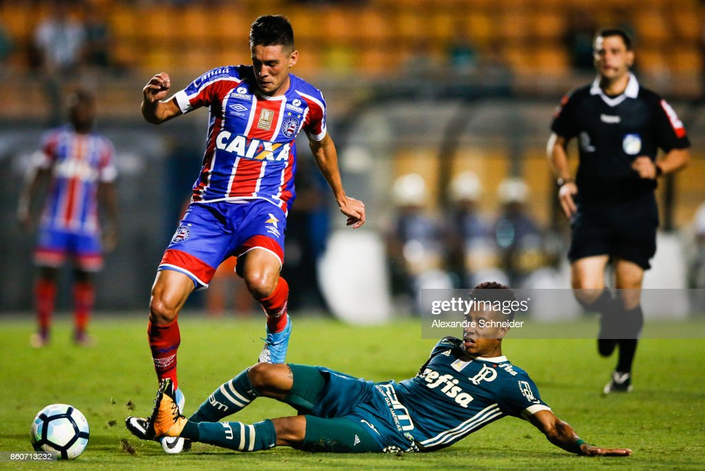 Regis (L) of Bahia and Dudu of Palmeiras in action during the match between Palmeiras v Bahia for the Brasileirao Series A 2017 at Pacaembu Stadium on October 12, 2017 in Sao Paulo, Brazil.