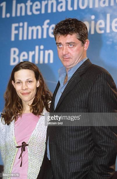 Regisseur Bob Gosse und Schauspielerin Lilly Taylor während einer Pressekonferenz anlässlich der 51 Internationalen Filmfestspiele in Berlin