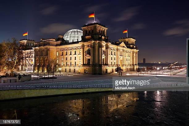 Reichstag und Spree im Winter