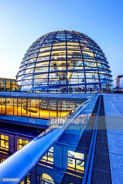 Reichstag dome in Berlin in der Dämmerung