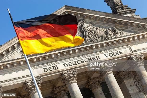Reichstagsgebäude und Deutsche Flagge