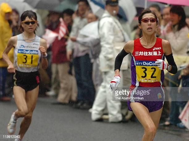 Reiko Tosa takes lead to Naoko Takahashi at the 31km point during the 2006 Tokyo International Women's Marathon on November 19 2006 in Tokyo Japan