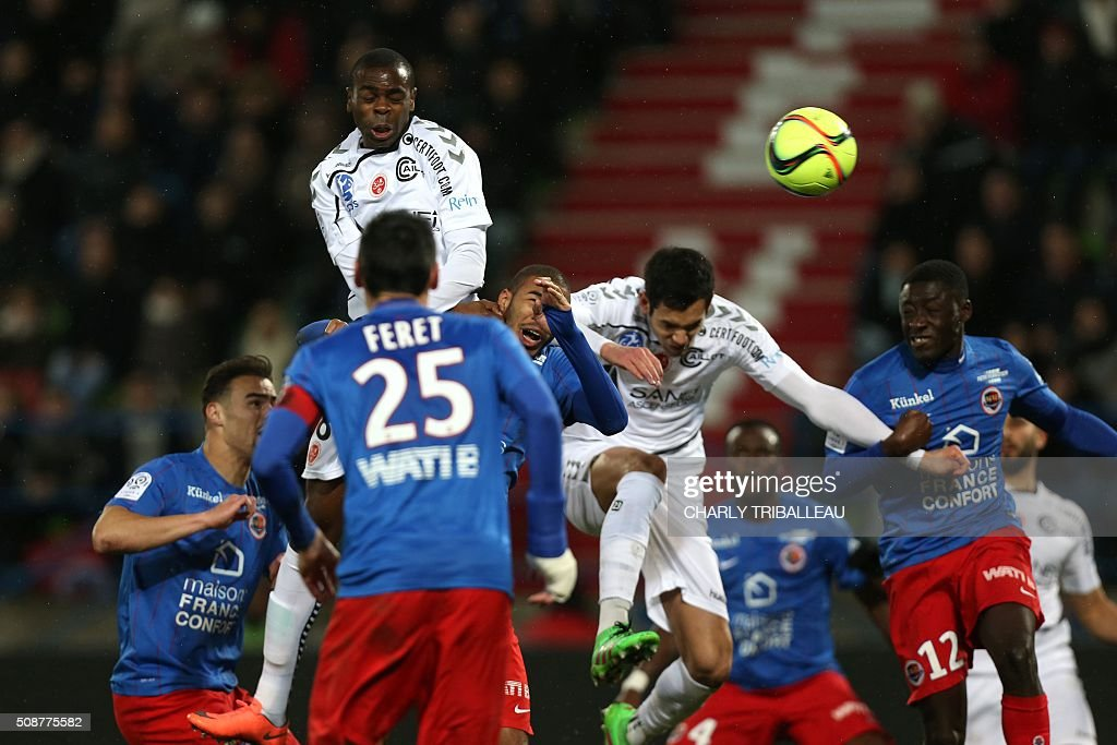 Reims' Congolese midfielder Prince Oniangue heads the ball during the French L1 football match between Caen (SM Caen) and Reims (SD Reims), on February 6, 2016 at the Michel d'Ornano stadium, in Caen, northwestern France. AFP PHOTO / CHARLY TRIBALLEAU / AFP / CHARLY TRIBALLEAU
