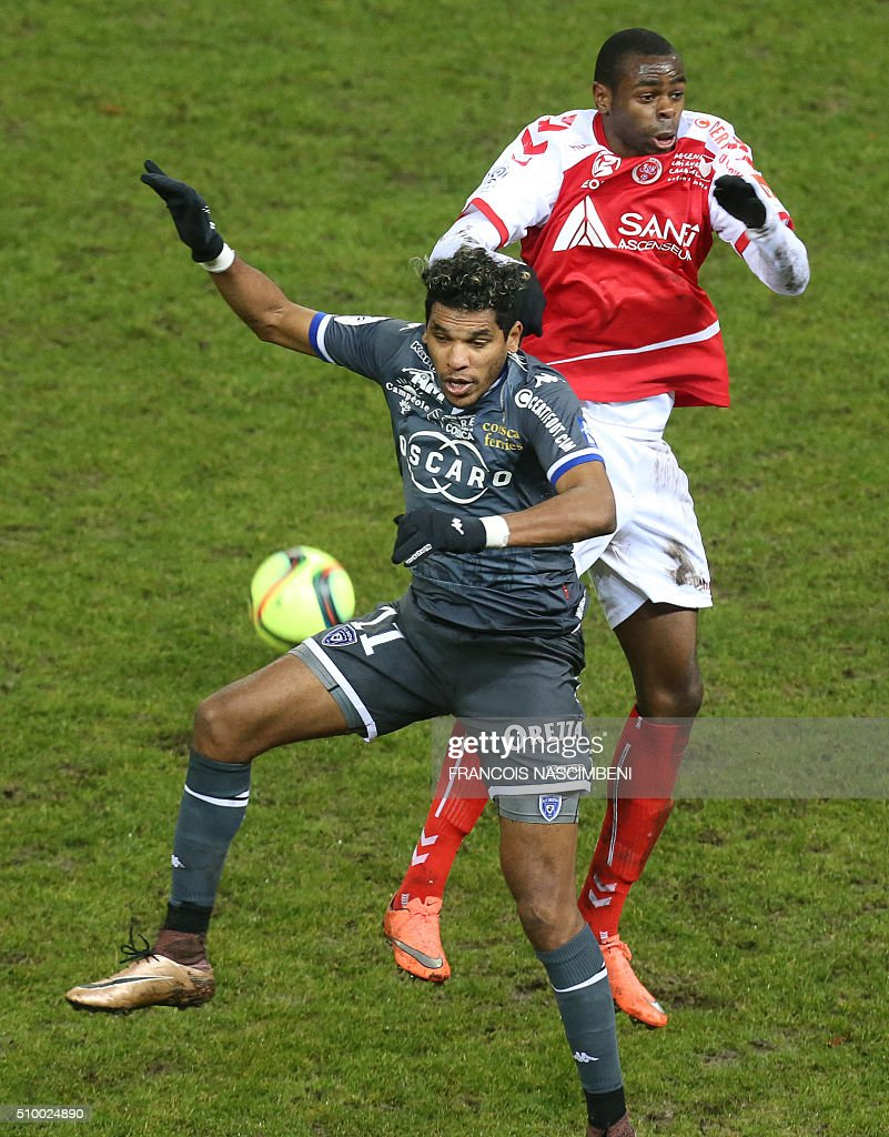 Reims' Congolese midfielder Prince Oniangue (R) vies for the ball with Bastia's French-Brazilian forward Brandao (L) during the French L1 football match between Reims (SR) and Bastia (SCB) on February 13, 2016 at the Auguste Delaune Stadium in Reims, eastern France. AFP PHOTO / FRANCOIS NASCIMBENI / AFP / FRANCOIS NASCIMBENI