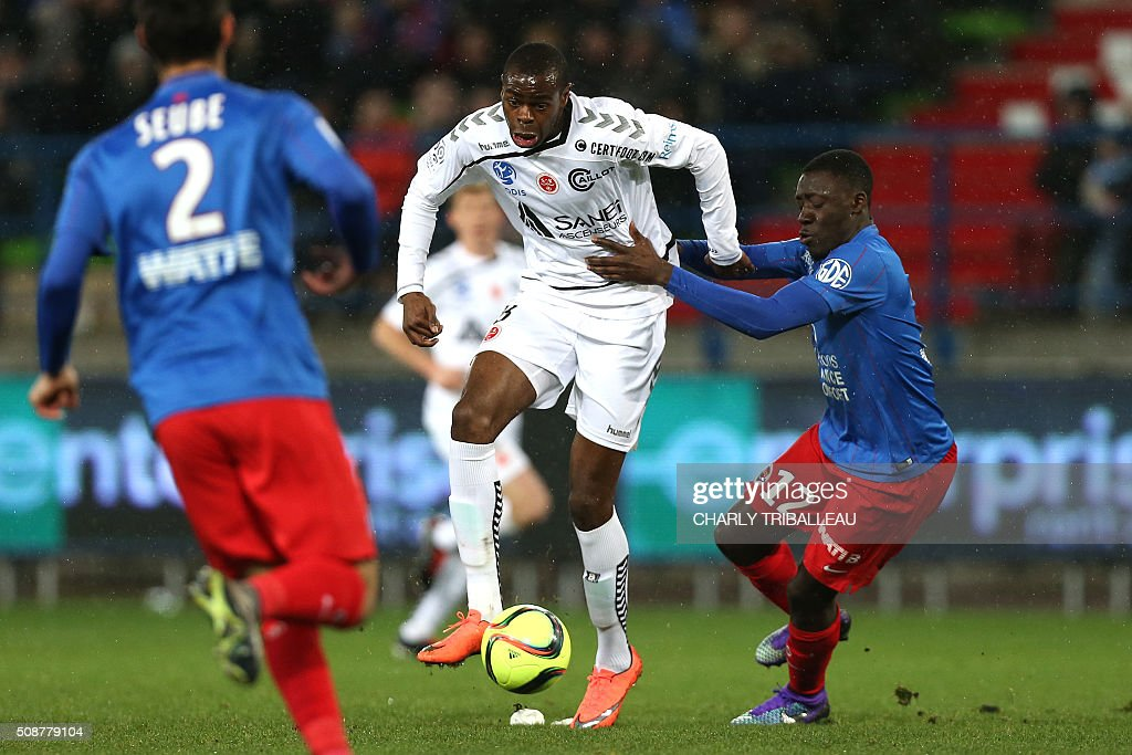Reims' Congolese midfielder Prince Oniangue (L) vies with Caen's French defender Dennis Appiah during the French L1 football match between Caen (SM Caen) and Reims (SD Reims), on February 6, 2016 at the Michel d'Ornano stadium, in Caen, northwestern France. AFP PHOTO / CHARLY TRIBALLEAU / AFP / CHARLY TRIBALLEAU