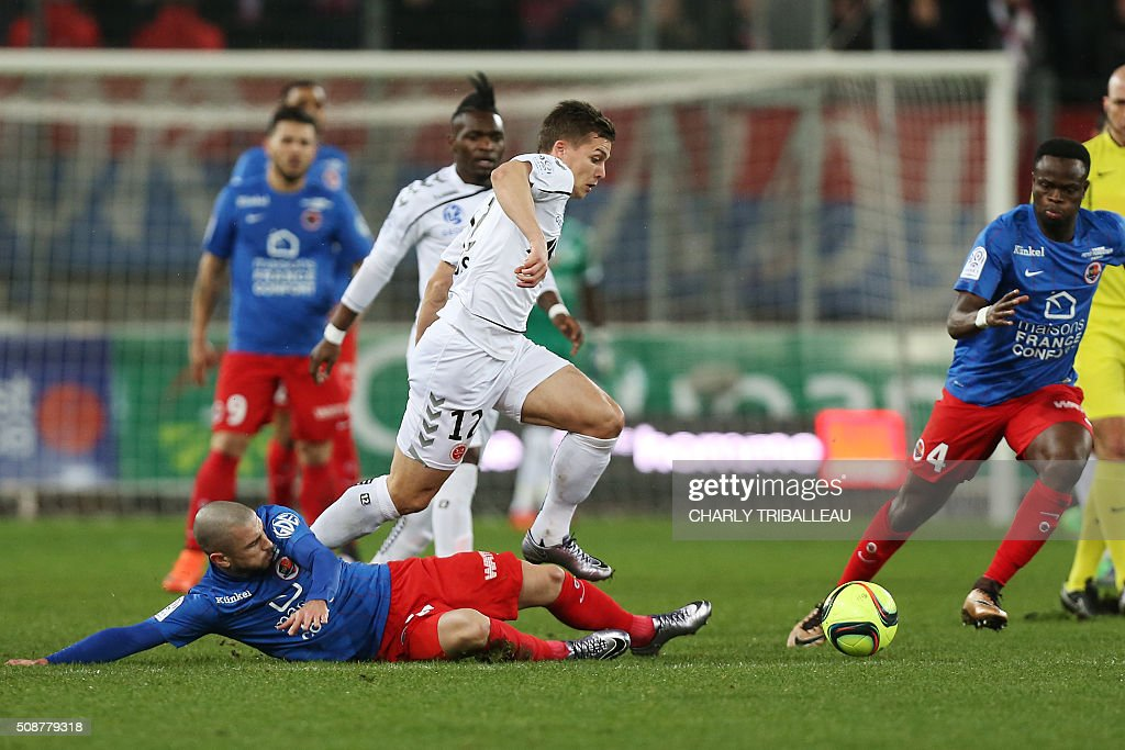 Reims' French forward Nicolas De Preville (C) vies with Caen's French midfielder Vincent Bessat (L) and Caen's Ivorian midfielder Tiemoko Ismael Diomande (R) during the French L1 football match between Caen (SM Caen) and Reims (SD Reims), on February 6, 2016 at the Michel d'Ornano stadium, in Caen, northwestern France. AFP PHOTO / CHARLY TRIBALLEAU / AFP / CHARLY TRIBALLEAU