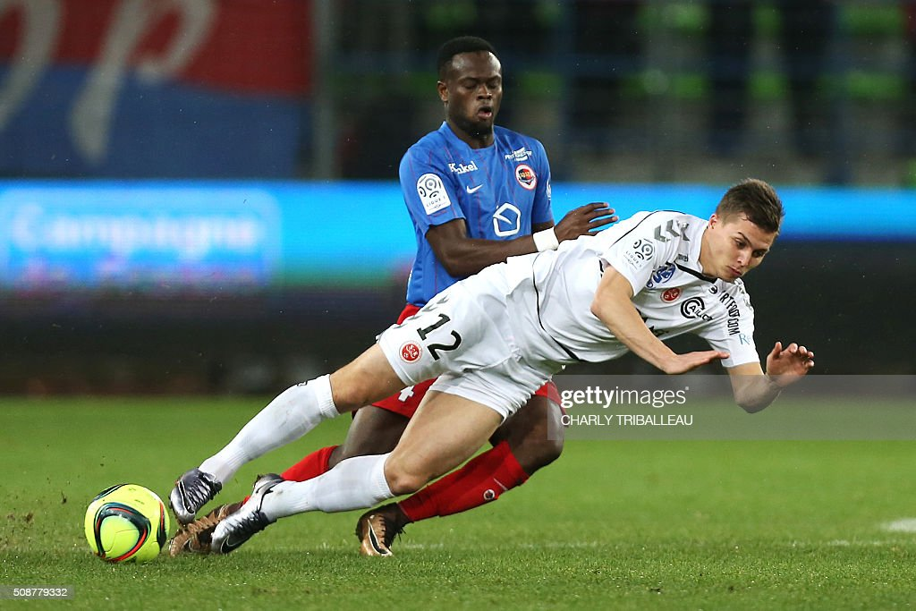 Reims' French forward Nicolas De Preville (R) vies with Caen's Ivorian midfielder Tiemoko Ismael Diomande during the French L1 football match between Caen (SM Caen) and Reims (SD Reims), on February 6, 2016 at the Michel d'Ornano stadium, in Caen, northwestern France. AFP PHOTO / CHARLY TRIBALLEAU / AFP / CHARLY TRIBALLEAU