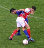 Reims' French midfielder Johan Ramare vies with Nice's forward Dario Cvitanich during the French L1 football match Reims vs Nice on october 6 2012 at...