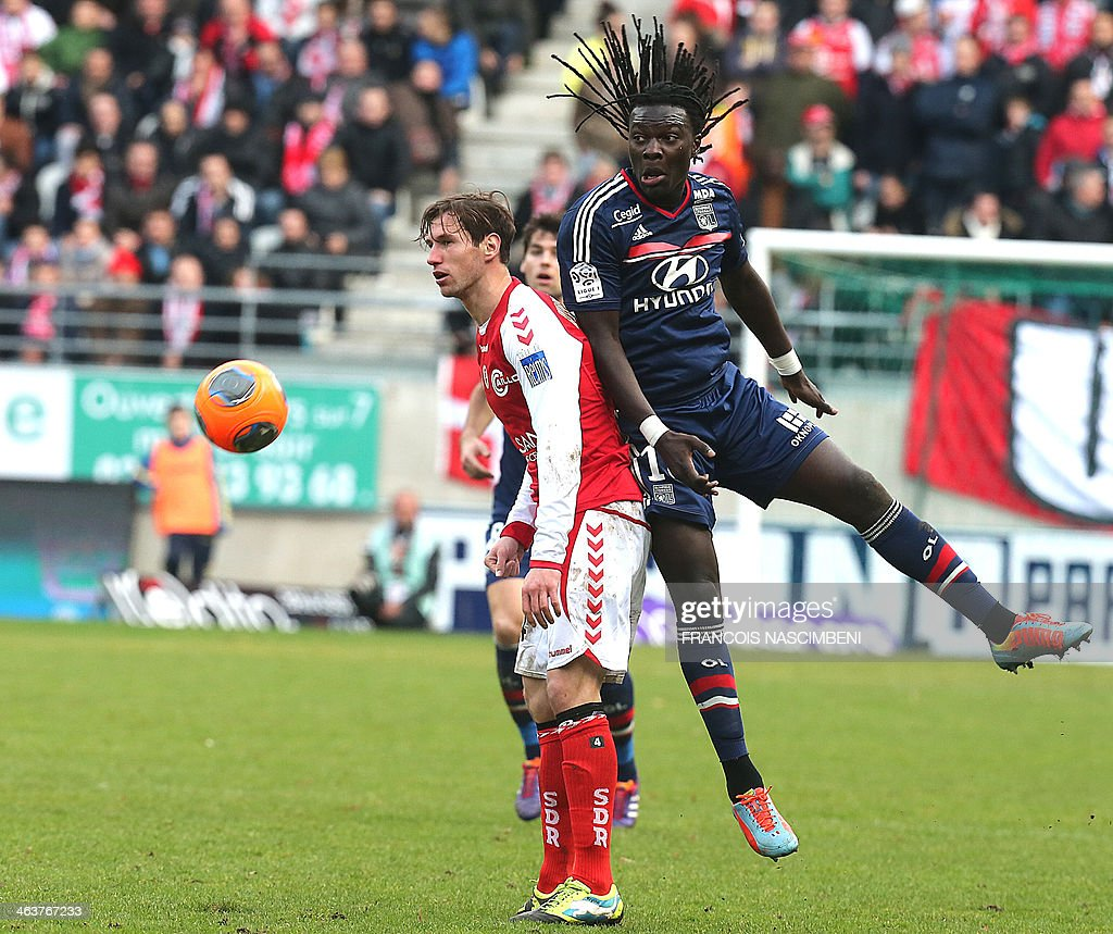 Reims' midfielder Grzegorz Krychowiak (L) vies with Lyon's forward Bafetimbi Gomis (R) during a French L1 Football match between Reims and Lyon on January 19, 2014 at the Auguste Delaune Stadium in Reims.