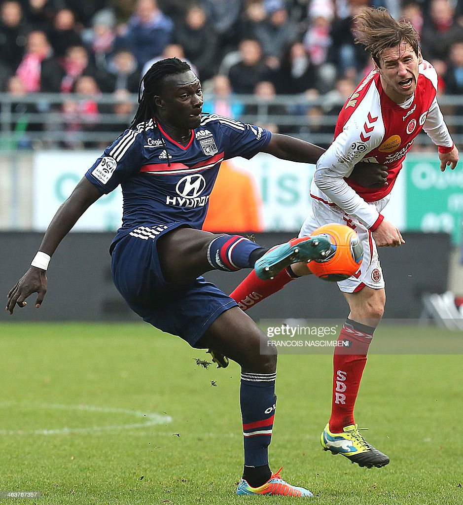 Reims' midfielder Grzegorz Krychowiak (R) vies with Lyon's forward Bafetimbi Gomis during a French L1 Football match between Reims and Lyon on January 19, 2014 at the Auguste Delaune Stadium in Reims.