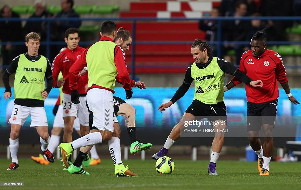 Reims' players warm up before the French L1 football match between Caen (SM Caen) and Reims (SD Reims), on February 6, 2016 at the Michel d'Ornano stadium, in Caen, northwestern France. AFP PHOTO / CHARLY TRIBALLEAU / AFP / CHARLY TRIBALLEAU