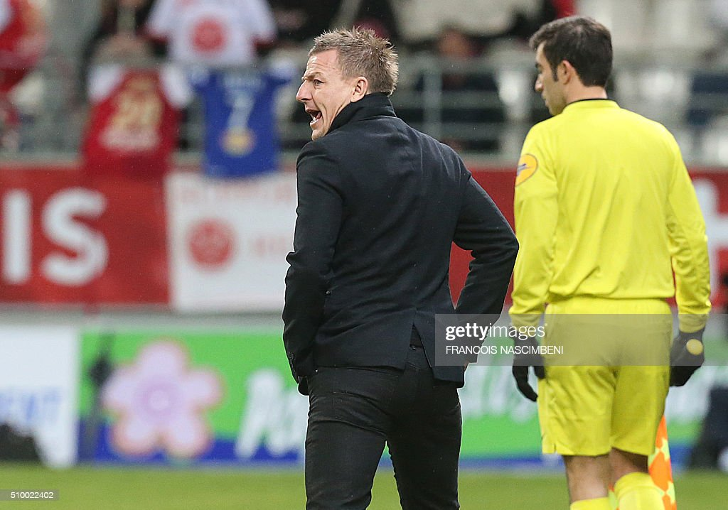 Reims'head coach Olivier Guegan (L) reacts during the French L1 football match between Reims (SR) and Bastia (SCB) on February 13, 2016 at the Auguste Delaune Stadium in Reims, eastern France. AFP PHOTO / FRANCOIS NASCIMBENI / AFP / FRANCOIS NASCIMBENI