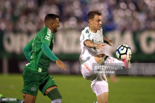 Reinaldo of Chapecoense struggles for the ball with Roger Guedes of Palmeiras during a match between Chapecoense Palmeiras as part of Brasileirao...