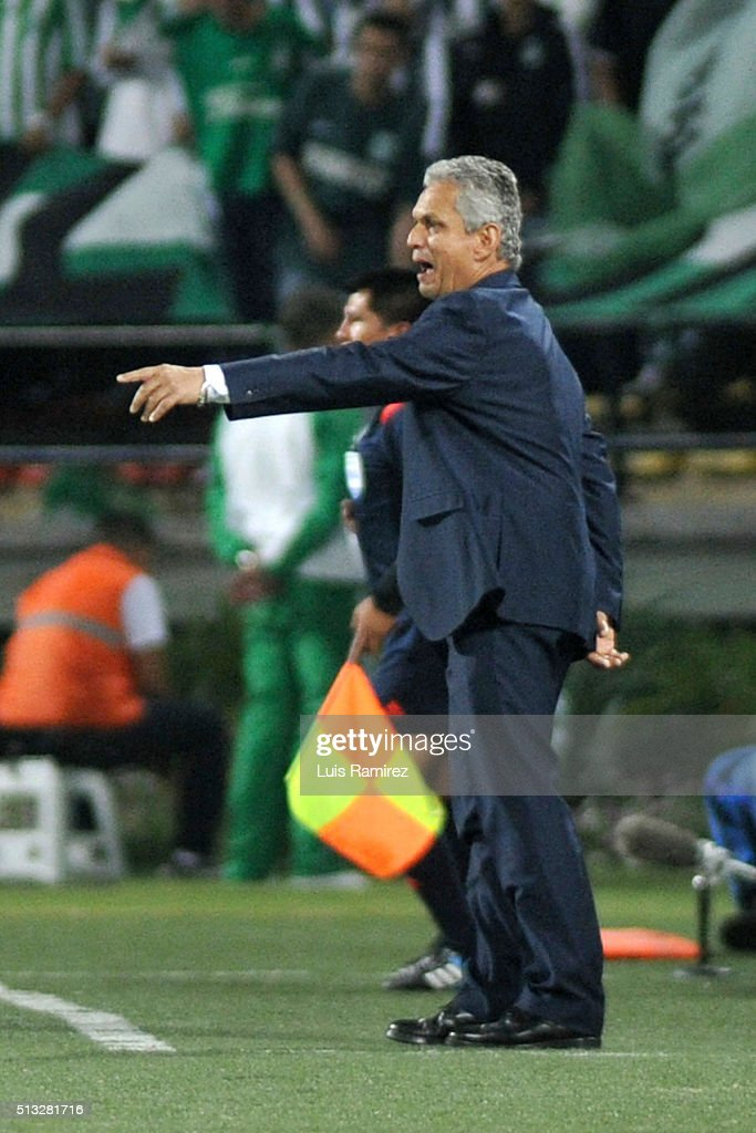 <a gi-track='captionPersonalityLinkClicked' href=/galleries/search?phrase=Reinaldo+Rueda&family=editorial&specificpeople=2210216 ng-click='$event.stopPropagation()'>Reinaldo Rueda</a> head coach of Atletico Nacional gives instructions to his players during a group stage match between Atletico Nacional and Sporting Cristal as part of Copa Libertadores 2016 at Atanasio Girardot Stadium on March 01, 2016 in Medellin, Colombia.