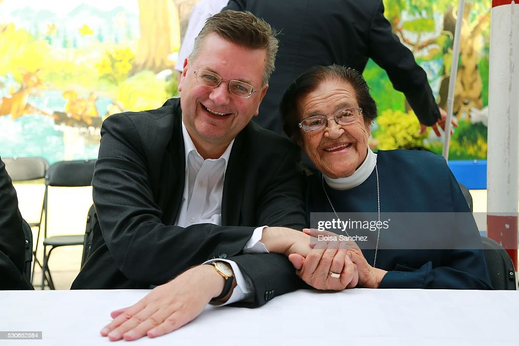 reinhard grindel pose next to mother adela in his visit to casa de cuna uoasis