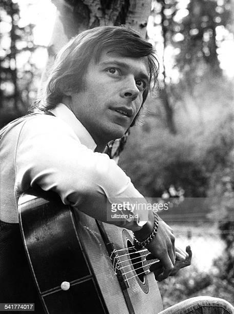 Reinhard Mey *Singer songwriter composer musician balladeerwith guitar 1971