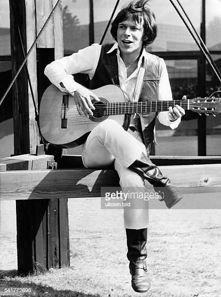 Reinhard Mey *Singer songwriter composer musician balladeerwith guitar 1973
