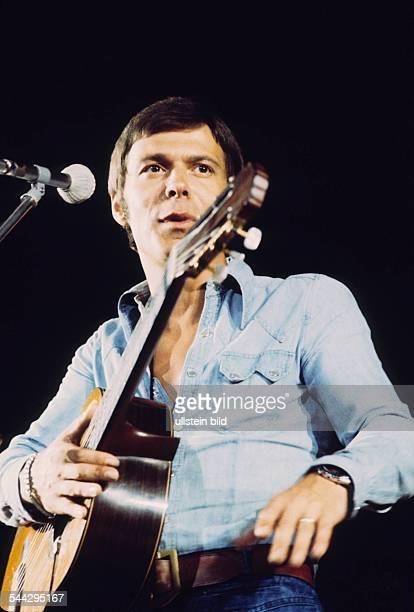 Reinhard Mey *Singer songwriter composer musician balladeerPortrait on stage 1976