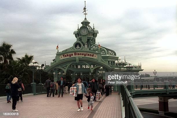 Reise Disneyland Tokio/Tokyo/Japan/Asien Menschen Eingang Steg Menschenmenge 035/2002/TI