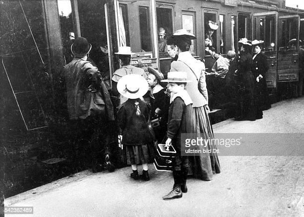 Reisende am Stettiner Bahnhof in BerlinFamilie mit Kindern beim Einstieg in den Zug 1902