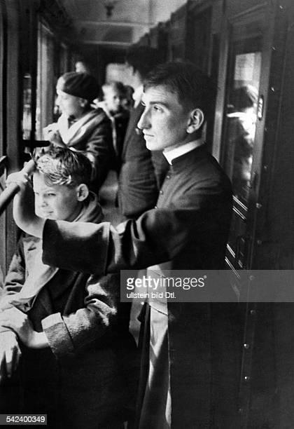 Reisende im Gang des Zuges 1931 veroeff in GruenePost 30/1931 Foto Heinrich Guttmann