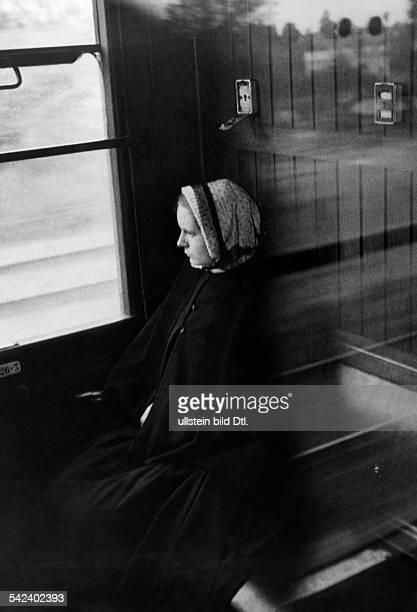 Reisende im Zug nach Paris 1931 veroeff in GruenePost 30/1931 Foto Heinrich Guttmann