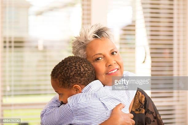 Relações: Ascendência Africana avó lovingly envolve seu neto.