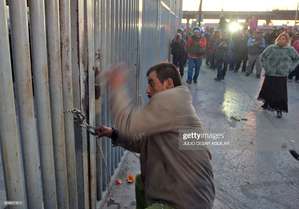 A relative of an inmate tries to break a chain and get into the Topo Chico prison in the northern city of Monterrey in Mexico where according to local media at least 30 people died in a prison riot on February 11, 2016. Riot police and ambulances were deployed at the Topo Chico prison as smoke billowed from the facility. Broadcaster Televisa reported that 30 died while Milenio television spoke of 50 victims, with inmates and prison guards among them. AFP PHOTO / JULIO CESAR AGUILAR / AFP / Julio Cesar Aguilar