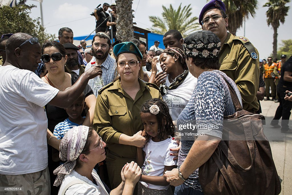 Relatives and family members of Sergeant Major Bayhesain Kshaun seen during his funeral on July 22 2014 in Netivot Israel As operation 'Protective...