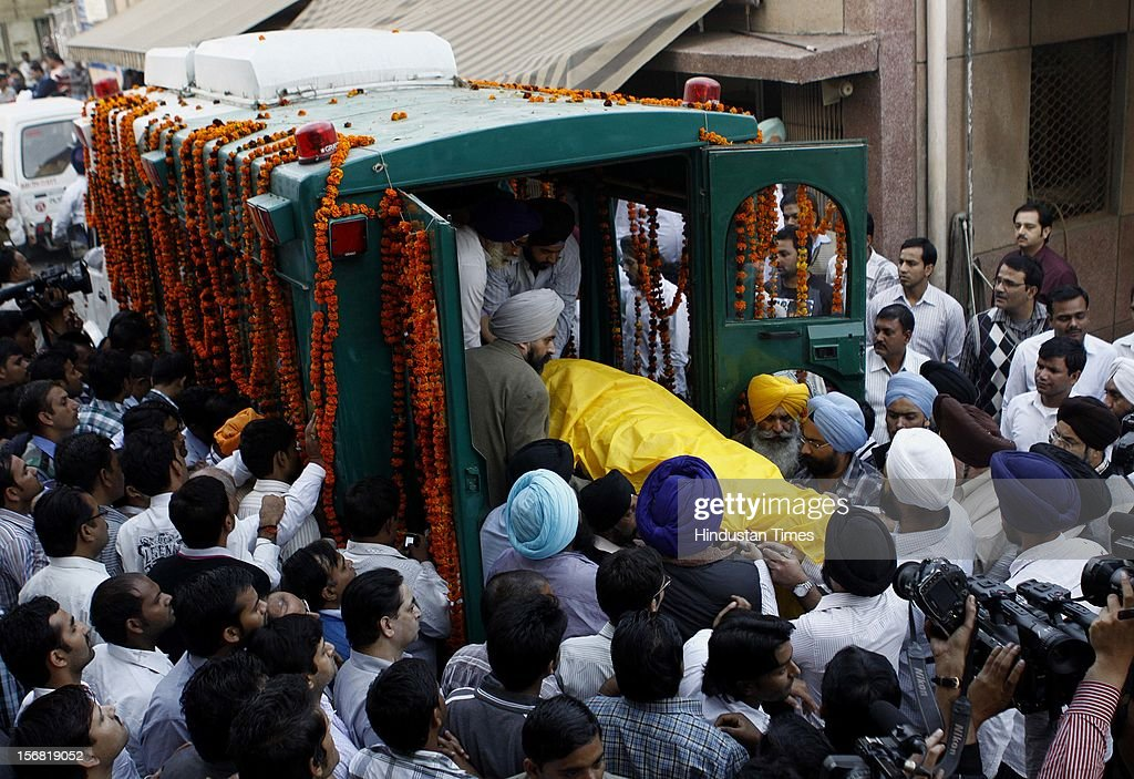 Relatives and friends carries the body of Ponty Chadha's at the AIIMS after the postmortem on November 18, 2012 in New Delhi, India. Liquor Baron Ponty Chadha and his Brother Hardeep Chadha died in gun battle on November 17, 2012.