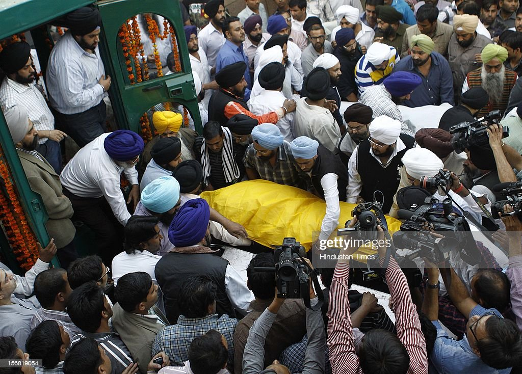 Relatives and friends carry the body of Ponty Chadha at the AIIMS after the postmortem on November 18, 2012 in New Delhi, India. Liquor Baron Ponty Chadha and his Brother Hardeep Chadha died in a gun battle on November 17, 2012.