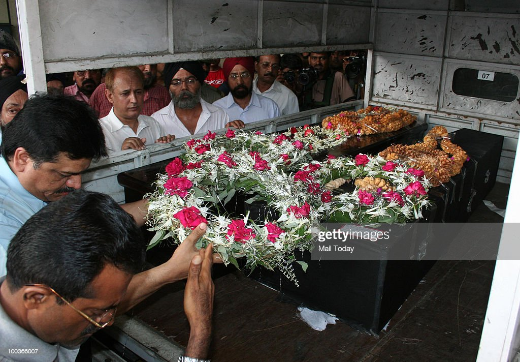 Relatives and friends of Capt. H S Ahluwalia, the co-pilot of the ill-fated Air India plane Express plane which crashed in Mangalore on Saturday, arrive to receive his body in Mumbai on May 22, 2010.