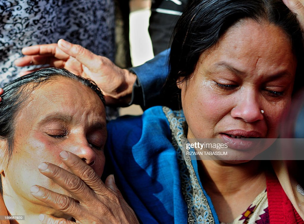 Relatives mourn during the funeral of lawmaker Manzar Imam and his guards in Karachi on January 18, 2013. Shops, businesses and schools shut Friday across Pakistan's financial capital Karachi, braced for further unrest after the killing of a politician and a night of sporadic shootings. AFP PHOTO/Rizwan TABASSUM