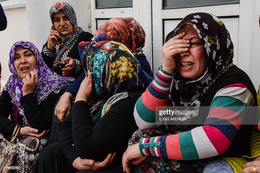 Relatives mourn on May 6, 2016 in Kilis, during the funeral ceremony of 5 years old Nisa Done Sezer who was killed the day before after a rocket hit the house. One person was killed and seven more wounded when rockets fired from Syria slammed into the Turkish border region of Kilis, which has been regularly targeted by jihadists this year, the Dogan news agency said. / AFP / ILYAS