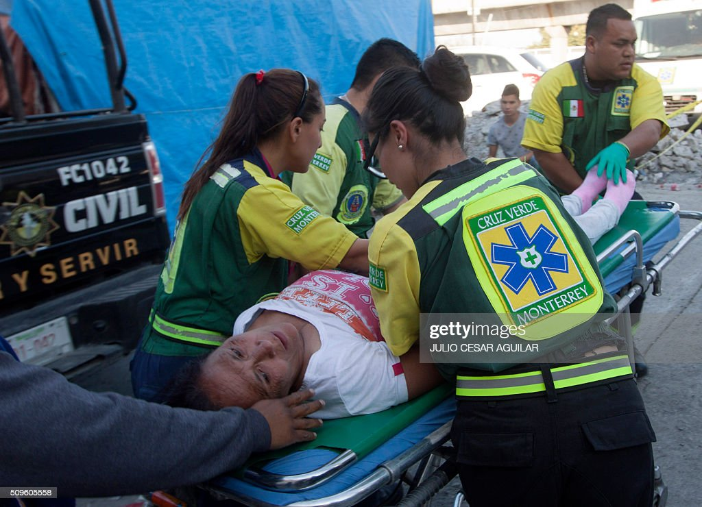 A relatives of an inmate who died during a riot at the Topo Chico prison, is carried on a stretcher after fainting, in Monterrey, Mexico on February 11, 2016. At least 49 inmates were killed in a Mexican prison brawl Thursday as rival groups fought with bats, sticks and blades and ignited a fire in the overcrowded penitentiary, authorities said. AFP PHOTO / JULIO CESAR AGUILAR / AFP / Julio Cesar Aguilar