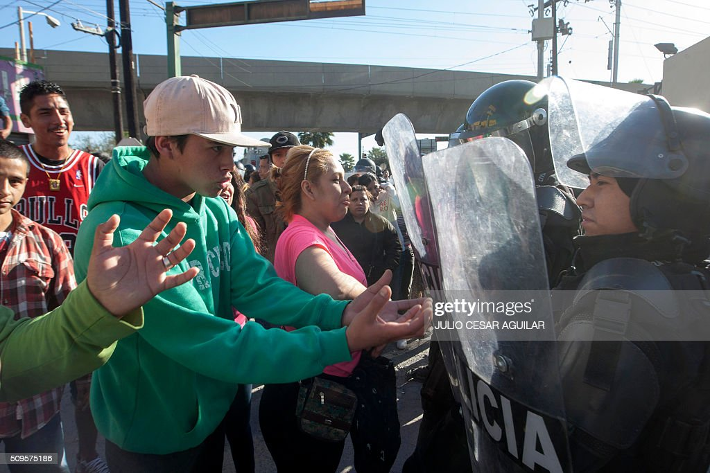Relatives of inmates argue with the riot police as they gather outside the Topo Chico prison in the northern city of Monterrey in Mexico where according to local media at least 30 people died in a prison riot on February 11, 2016. Riot police and ambulances were deployed at the Topo Chico prison as smoke billowed from the facility. Broadcaster Televisa reported that 30 died while Milenio television spoke of 50 victims, with inmates and prison guards among them. AFP PHOTO / JULIO CESAR AGUILAR / AFP / Julio Cesar Aguilar
