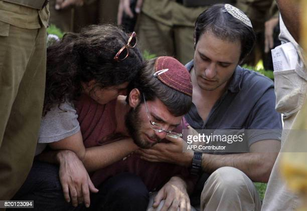 Relatives of Israeli soldiers Sgt Yehuda Greenfeld mourn during his funeral at the military cemetery in Jerusalem 07 August 2006 Greenfeld died...