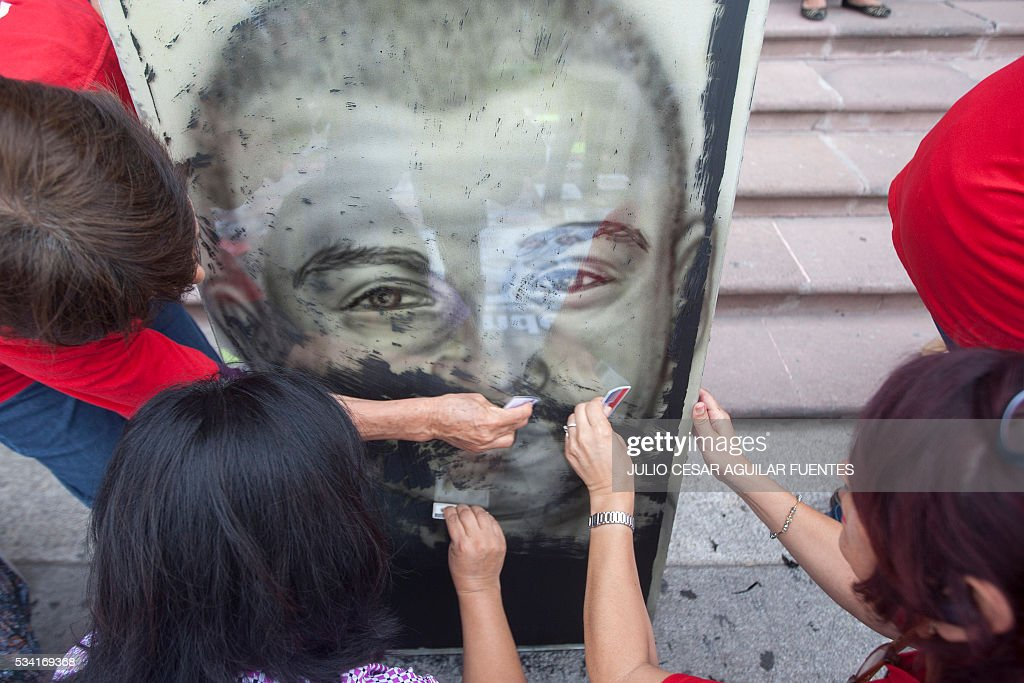 Relatives of missing people demonstrate outside the Government Palace of the State of Nuevo Leon, in Monterrey, Mexico, on May 25, 2016, on the international week of the disappeared-detainees. / AFP / Julio Cesar Aguilar Fuentes