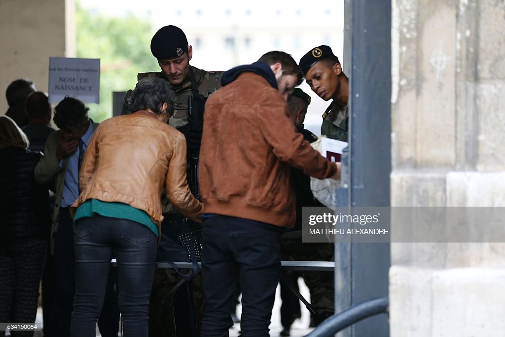 Relatives of the victims of November 13 Paris terror attacks arrive to meet the investigating judges in charge of the inquiry on May 25, 2016 at the Ecole militaire in Paris. / AFP / MATTHIEU