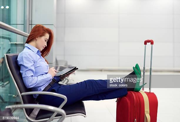 Détendez-vous sur la tablette à l'intérieur de l'aéroport