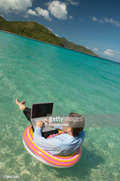 Entspannte Geschäftsmann Arbeiten und Schreibdienste tropischen Wasser treiben