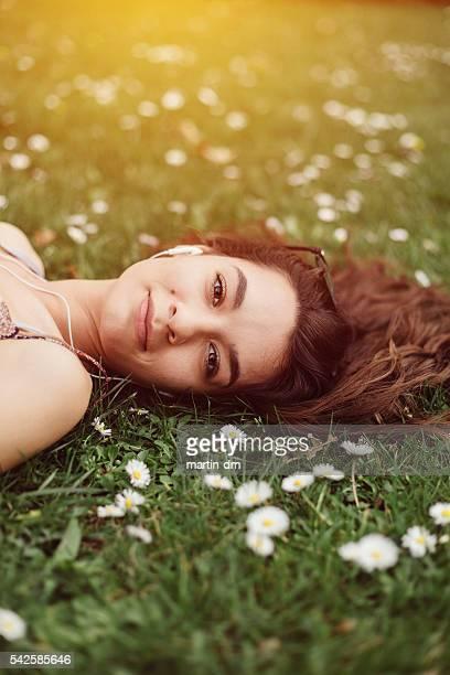 Entspannte Mädchen im Gras